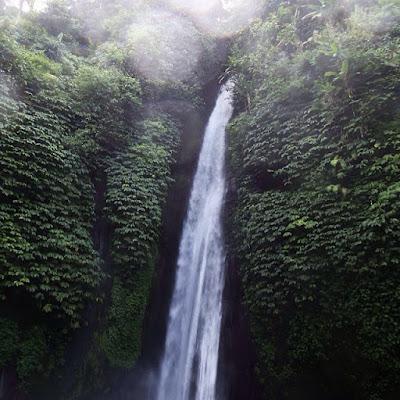 foto air terjun di desa munduk bali