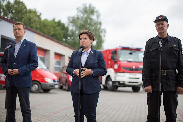 Premier Beata Szydło, min. M. Błaszczak i komendant Straży na konferencji w Chojnicach
