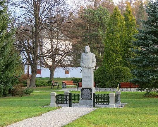 Pomnik Teodora Credo herbu Gryf.
