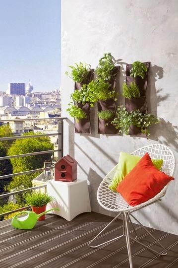 Optez pour des sacs de plantation à suspendre sur l'un des murs de votre terrasse