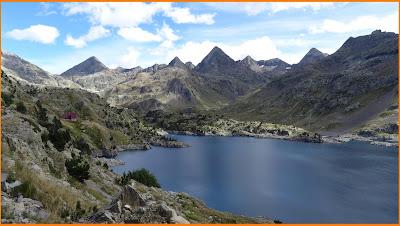 Vistas hacia el Lago y el Refugio de Respomuso en Pirineos