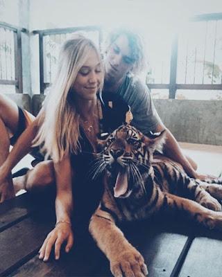 foto en pareja con tigre