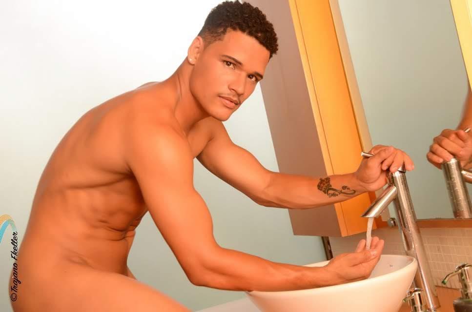 Marciel Santos posa nu para ensaio sensual. Foto: Trajano Fkeller
