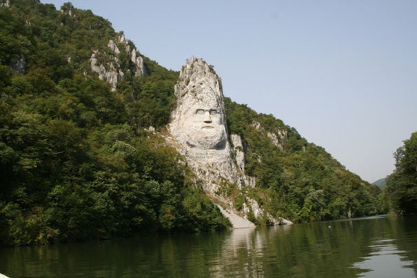 Най-голямата глава на брега на Дунав