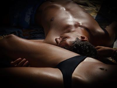 La imagen muestra cuerpos bonitos tumbados en referencia al contenido del post sobre liposuccion