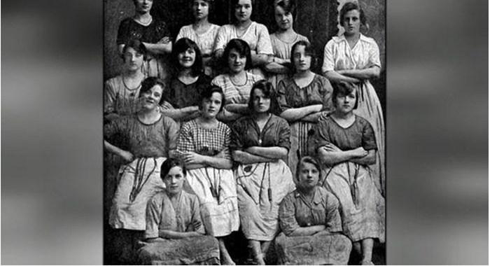 Sekilas Foto Ini Teriihat Biasa Saja, Tapi Perhatikan Ada yang Aneh dengan Wanita Paling Kanan Ini !