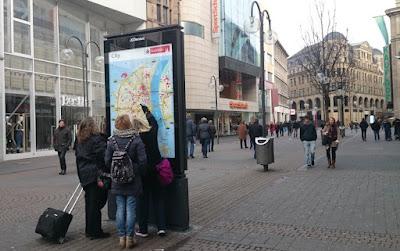Orientierung in der Schildergasse, Köln