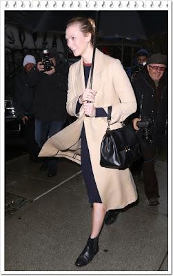 この日のカーリー・クロス(Karlie Kloss)は、エーエルシー(A.L.C.)のロングコート、ヴィクトリアベッカム(Victoria Beckham)のロングスリープニットワンピースとキャロリーナヘレラ(Carolina Herrera)のバッグを着用。