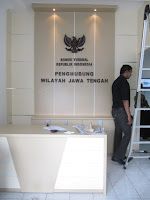 Meja Resepsionis dan Backdrop Panel