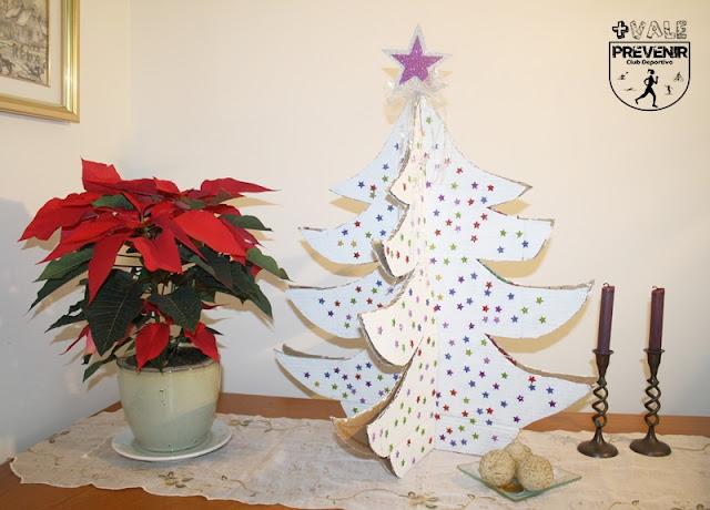 arbol de navidad reciclando cartón para la navidad