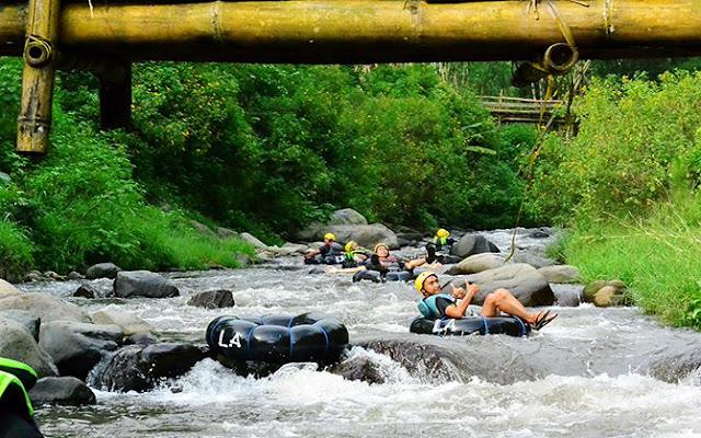 Aktifitas River Tubing Ledok Amprong di Desa Wisata Gubugklakah, Malang