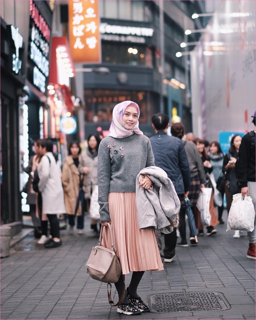 Outfit Baju Traveler Berhijab untuk Keluar Negri Ala Selebgram 2018 handbags coklat muda jacket sweater abu rok oren muda segiempat square hijab pink ciput rajut stocking lace ups flatshoes hitam ootd outfit trendy terbaru coat
