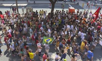 テメル大統領に抗議する市民