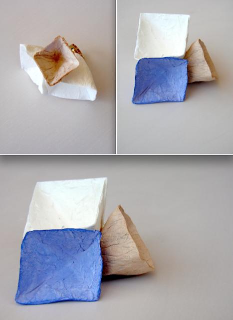 Maxi anello geometrico contemporaneo. Cartapesta, piramidi modulari. Alessandra Fabre Repetto