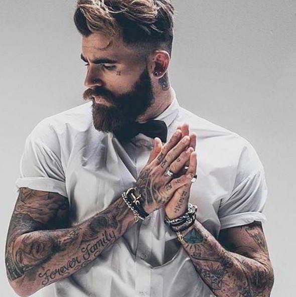 Imagen de hipster barbudo con tatuajes