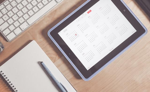 clavier d'ordinateur, ipad, calendrier, carnet de note, stylo