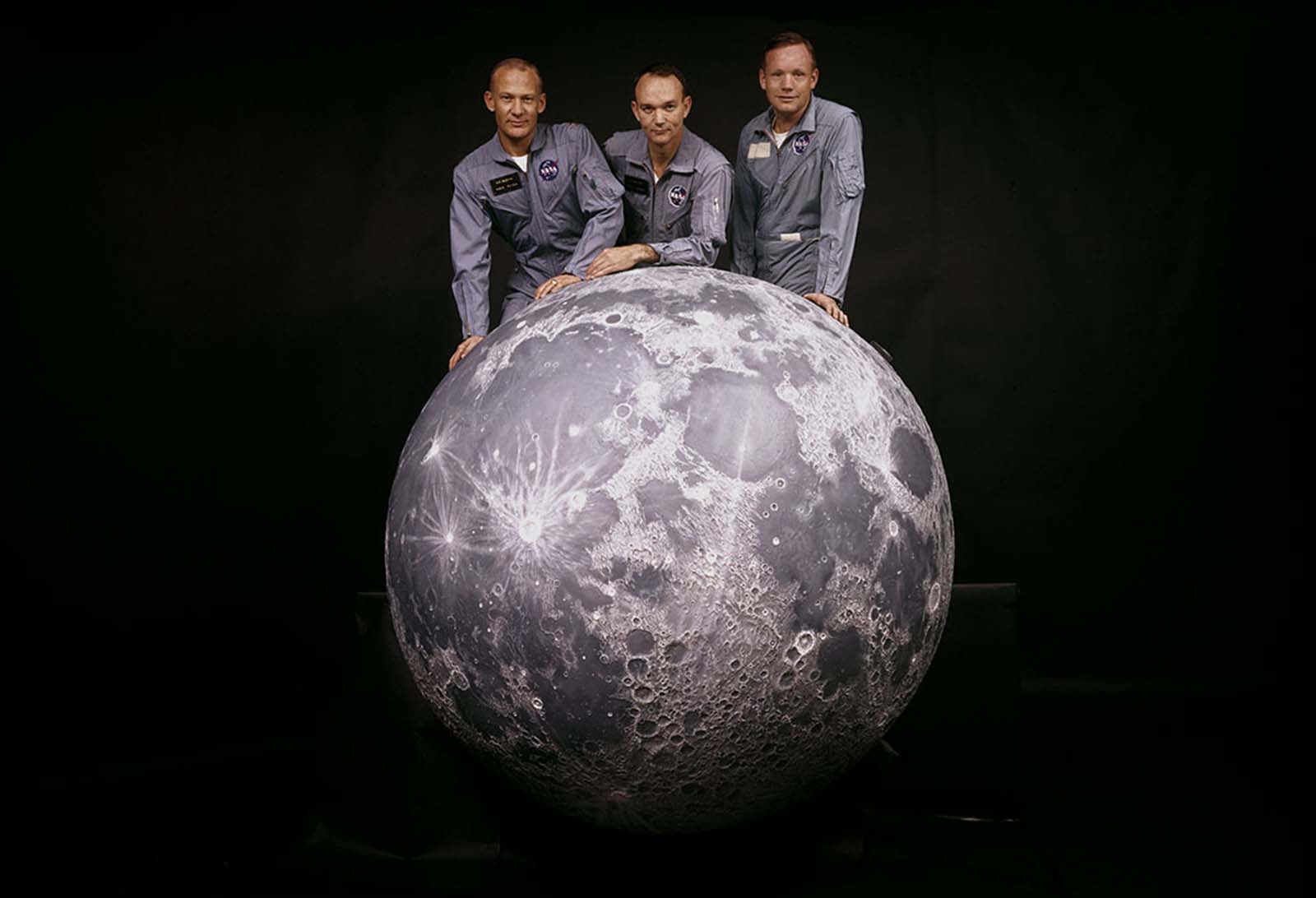 Um retrato de Buzz Aldrin, Michael Collins e Neil Armstrong, a tripulação da missão Apollo 11 da NASA na Lua, na primavera de 1969.