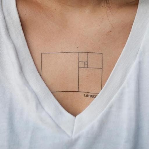 Um retângulo contendo uma série de retângulos menores, é tatuado no centro do utente peito nesta peça. A imagem é semelhante a um superior para baixo do assoalho plano de visto em plantas arquitetônicas.