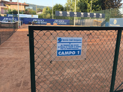 Sign reminding people to brush the tennis court after playing.