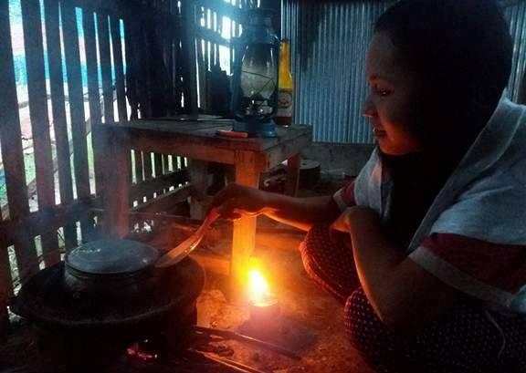 Mengintip Ketegaran 2 Remaja Cantik Yatim Piatu di Luwu; Rumah Tanpa Listrik, Hidup dari Mencari 'Joi'