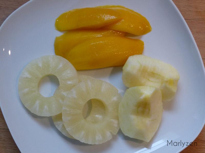 Coupez les fruits en petits morceaux.