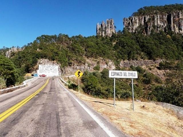 """Sicarios abandonan en """"El espinazo del diablo"""" tres cuerpos destazados y sin ojos en Oaxaca."""