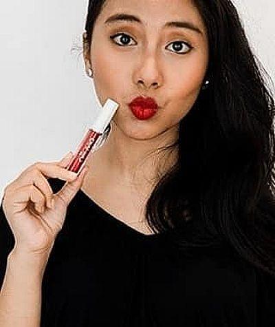 photo wanita cantik pemakai produk mystic beauty lip cream matte