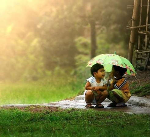 kids-under-umbrella