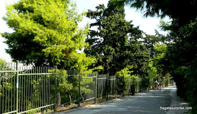 Caminho para a Acrópole de Atenas pelo bairro de Pláka