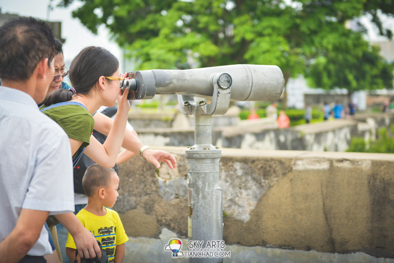 Prepaid binoculars for you to check out the Macau City from the fortress