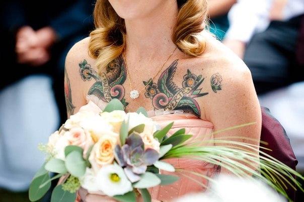 Chica tatuada vestida de novia