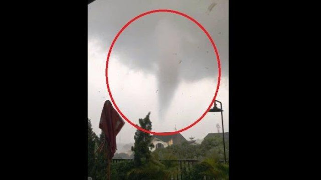 Masya Allah, Video Dahsyatnya Angin Puting Beliung yang Menghancurkan Puluhan Rumah di Bogor