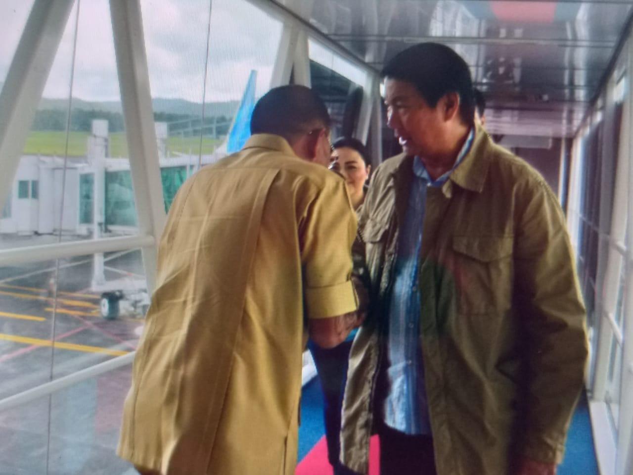 Adik Calon Presiden Prabowo Tiba di Manado Dengan Pesawat Komersil