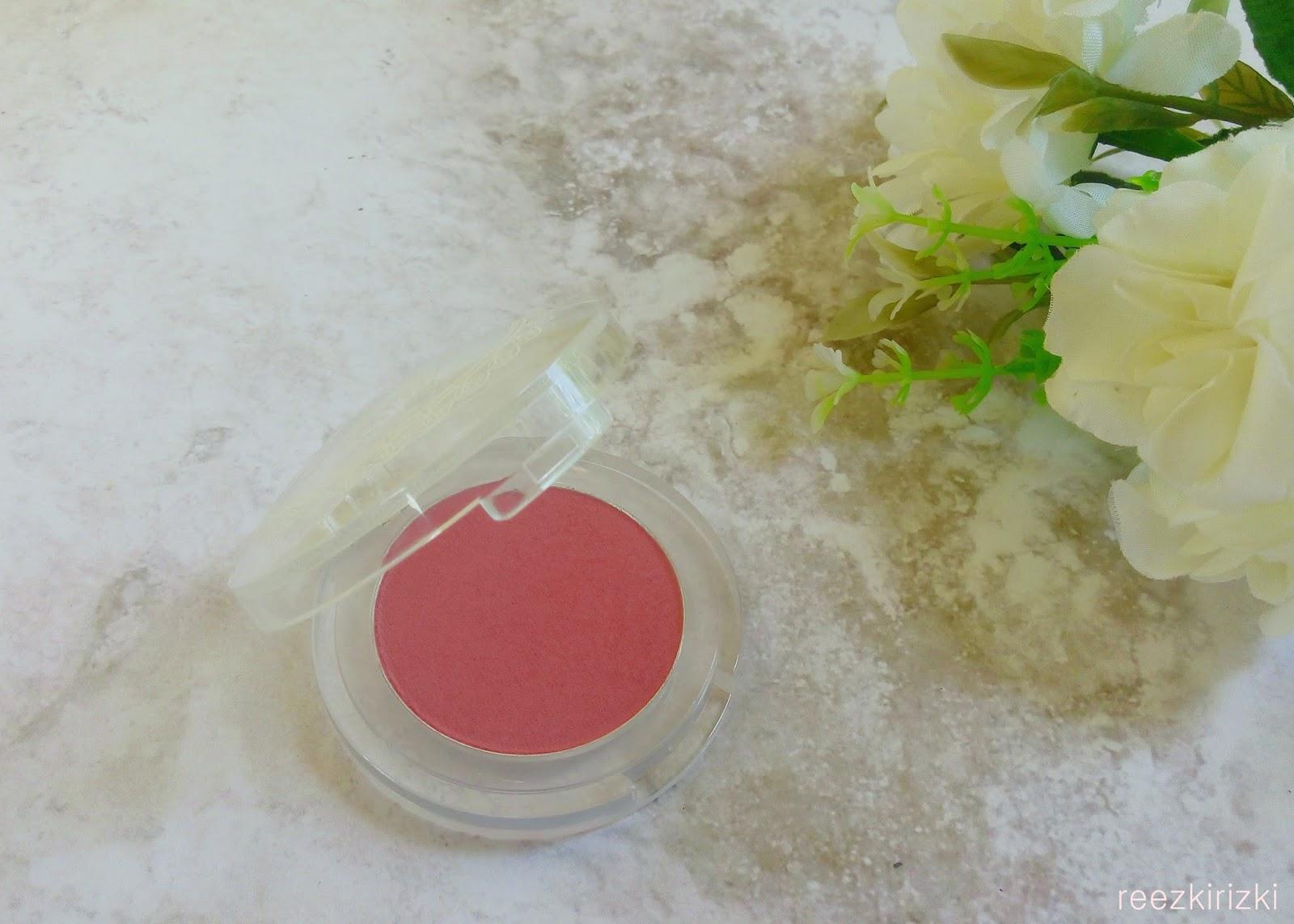 Reezkis Beauty Blog Emina Cosmetics Products Review Cheeklit Pressed Blush Powder Ini Packagingnya Super Manis Sama Kayak City Chic Cc Cake Juga Kokoh Dan Ga Gampang Pecah
