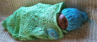 manta verde tricotada e gorro azul tricotado com lã de ovelha