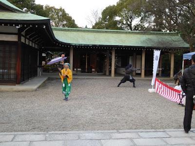大阪城豊國神社 境内 傘回しと槍を構える人