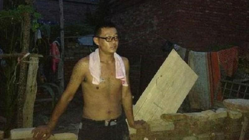 Gao Fengtai lebih memilih menyelamatkan sang ibu dari ancaman banjir.