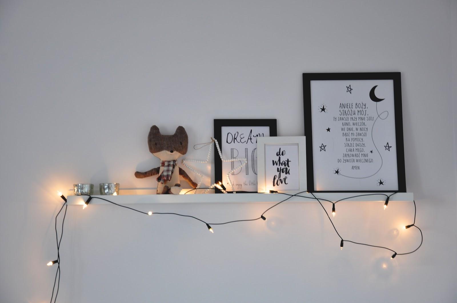 półka ribba ikea, wilk Maileg, ramki Ikea, lampki świąteczne