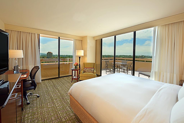 Enhance your travel routine at San Diego Marriott La Jolla. This modern hotel boasts two on-site restaurants, 25 event spaces and stylish rooms and suites.