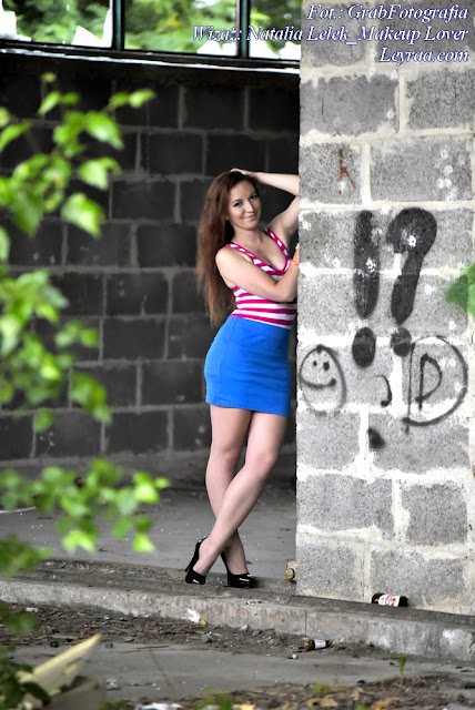 8.07.2017 Bokserka w różowo-białe paski, granatowa ołówkowa spódnica mini, czarne szpilki, plastikowe bransoletki, Dębica