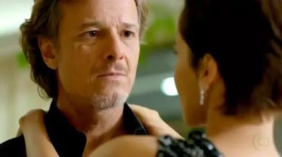 Max (Marcello Novaes) é salvo por Nina (Débora Falabella)