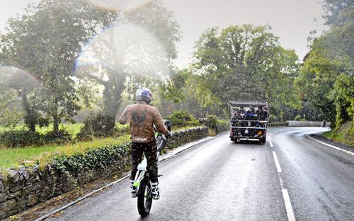 Ο παγκόσμιος πρωταθλητής Doug Lampkin οδήγησε σούζα 60 χιλιόμετρα στη μία ρόδα και έγραψε ιστορία  (ΦΩΤΟ & ΒΙΝΤΕΟ)