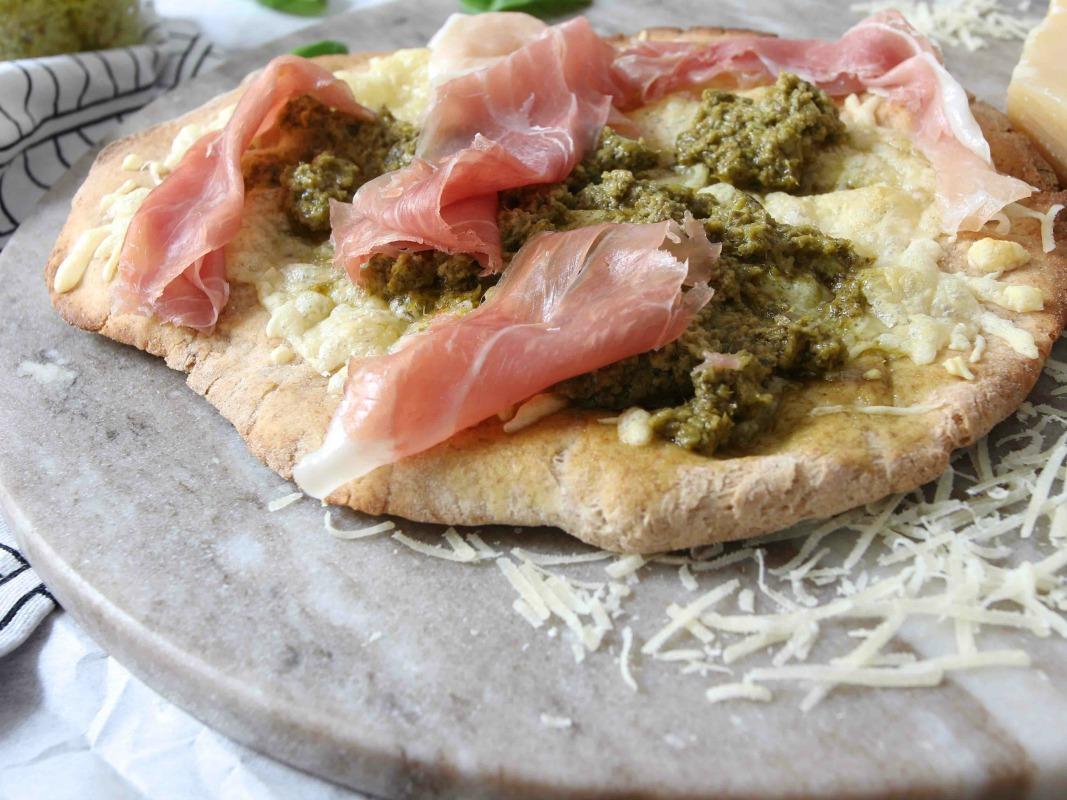 PIZZA MIT GRÜNKOHLPESTO, PROSCIUTTIO DI SAN DANIELE UND GRANA PADANO