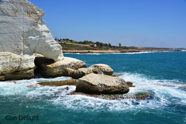 shattering waves in Rosh hanikra גלים מתנפצים בראש הנקרה