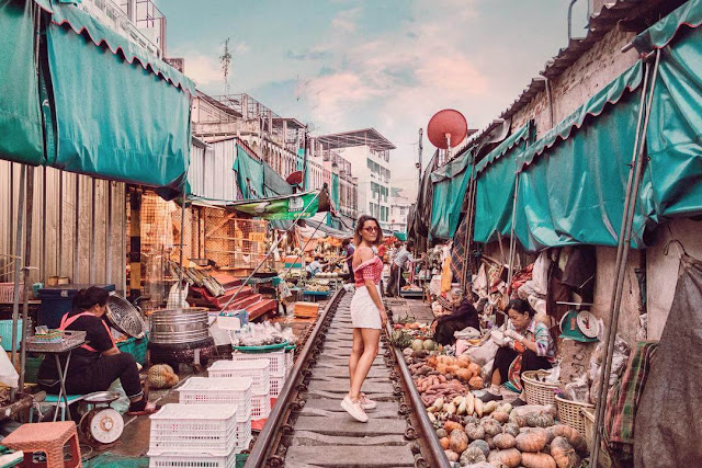 Cách Bangkok 70 km về phía tây nam, bạn có thể ghé thăm chợ Maeklong trong ngày. Từ Bangkok, bắt tàu đến ga Wong Wian, sau đó đón xe lửa đi Mahachai và lên phà sang sông Ban Laem. Tại ga Ban Laem, bạn sẽ bắt được chuyến tàu đi đến Maeklong.