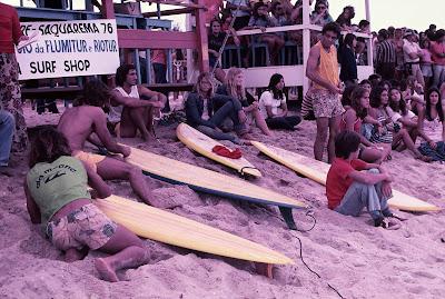 Grande parte do público optou por acampar na areia da praia de Itaúna, em Saquarema - Divulgação