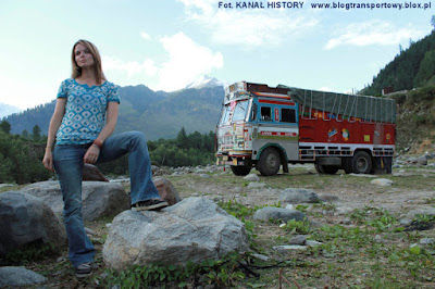 Lisa Kelly i Tata truck