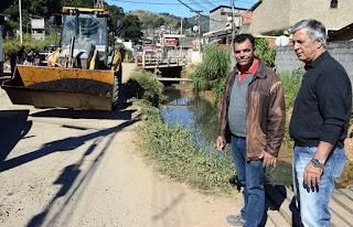 Prefeito Mario Tricano acompanha operação tapa-buracos na Quinta Lebrão, com o Secretário de Serviços Públicos, Carlos Teixeira