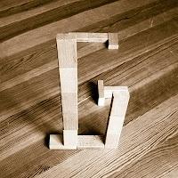 Takozlardan yapılmış G harfi