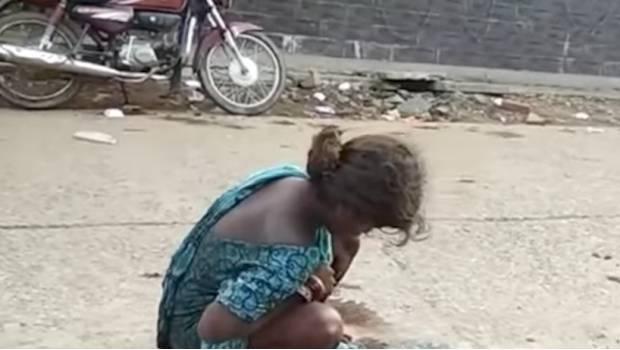 Da a luz en la calle y junto a un centro médico; nadie la ayuda (VIDEO)